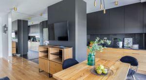 Elegancki apartament na warszawskiej Woli łączy elementy klasyki i loftowego sznytu w spójną, nowoczesną całość.