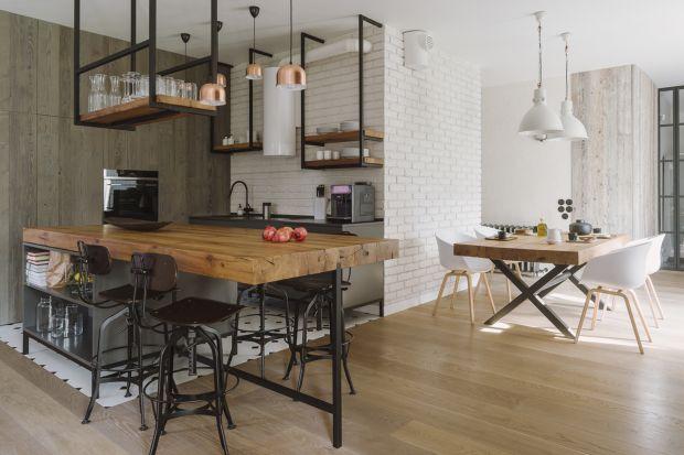 W tym projekcie przeplata się duch Skandynawii z surowością wnętrz gospodarczych i delikatnością miękkich, naturalnych tkanin. We wnętrzach dominują drewno, szkło i stal.