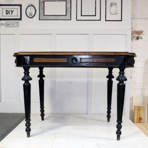 Upolowany na pchlim targu, pięknie zdobiony lecz mocno zniszczony drewniany stolik. Zobaczcie, jak przeprowadzić jego metamorfozę. Zdjęcia i realizacja: Pani to Potrafi