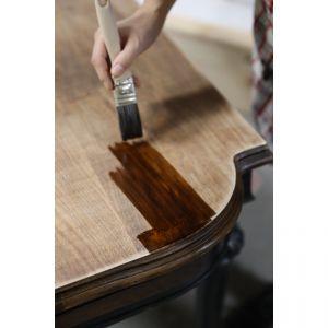 Przy tak oryginalnym, drewnianym elemencie nie warto wprowadzać barwnej rewolucji. Lepiej skupić się na odświeżeniu odcieni i dopasowaniu ich do otoczenia. Zdjęcia i realizacja: Pani to Potrafi