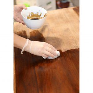 Bejcę do drewna najlepiej nakładać kawałkami kłębków bawełnianych, co pomoże uniknąć nieestetycznych zacieków czy krawędzi. Nadmiar preparatu usuwamy szmatką, po czym – dla pogłębienia koloru, możemy nałożyć kolejną warstwę. Zdjęcia i realizacja: Pani to Potrafi