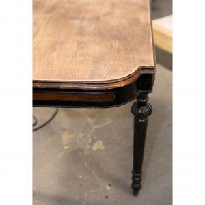 Duże, płaskie powierzchnie, takie jak blat stołu czyścimy szlifierką oscylacyjną. Zdobione nóżki szlifujemy ręcznie, dbając o wszystkie łuki, wgłębienia oraz zakamarki. Zdjęcia i realizacja: Pani to Potrafi