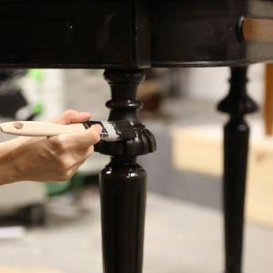 Nogi stołu wystarczy tylko odświeżyć, np. z pomocą czarnej Farby kazeinowej Liberon, która zapewni nóżkom doskonałe krycie, ekstremalną głębię koloru oraz unikalne matowe wykończenie. Zdjęcia i realizacja: Pani to Potrafi