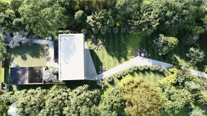 Aby podkreślić charakter domu, od strony frontowej zaplanowano zielony dziedziniec przekryty pergolą. Projekt i wizualizacje: modula architekci