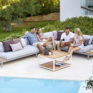Modułowe meble outdoorowe Lounge|Spave. Szara tapicerka i drewniane elementy konstrukcyjne doskonale wpisują się w aktualne trendy. Fot. Cane-line