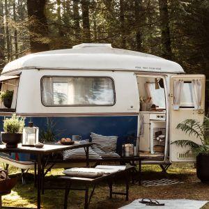 Kolekcja mebli i akcesoriów outdoorowych Glamping to połączenie stylu glamour z ideą kempingowania. Fot. House Doctor