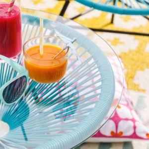 Kolorowe meble outdoorowe i akcesoria dedykowane na zewnątrz. Fot.  Westwing