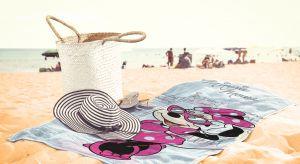Ręcznik plażowy powinien być duży, miękki, wytrzymały i najlepiej z modnym motywem. Zarówno te dla dzieci jak i dla dorosłych przede wszystkim muszą spełniać swoją funkcję byśmy mogli komfortowo spędzić urlop.