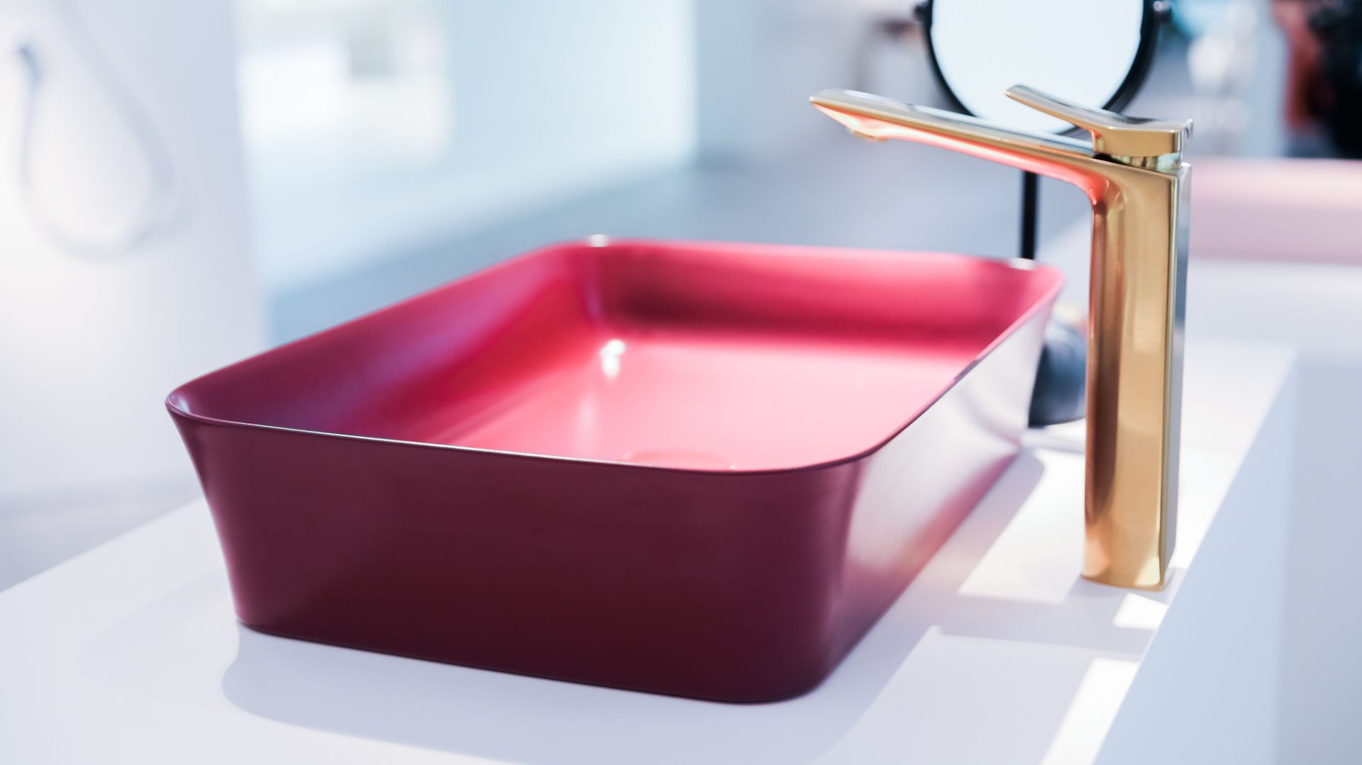 Umywalka Ipalyss w kolorze pomegranate. Fot. Ideal Standard