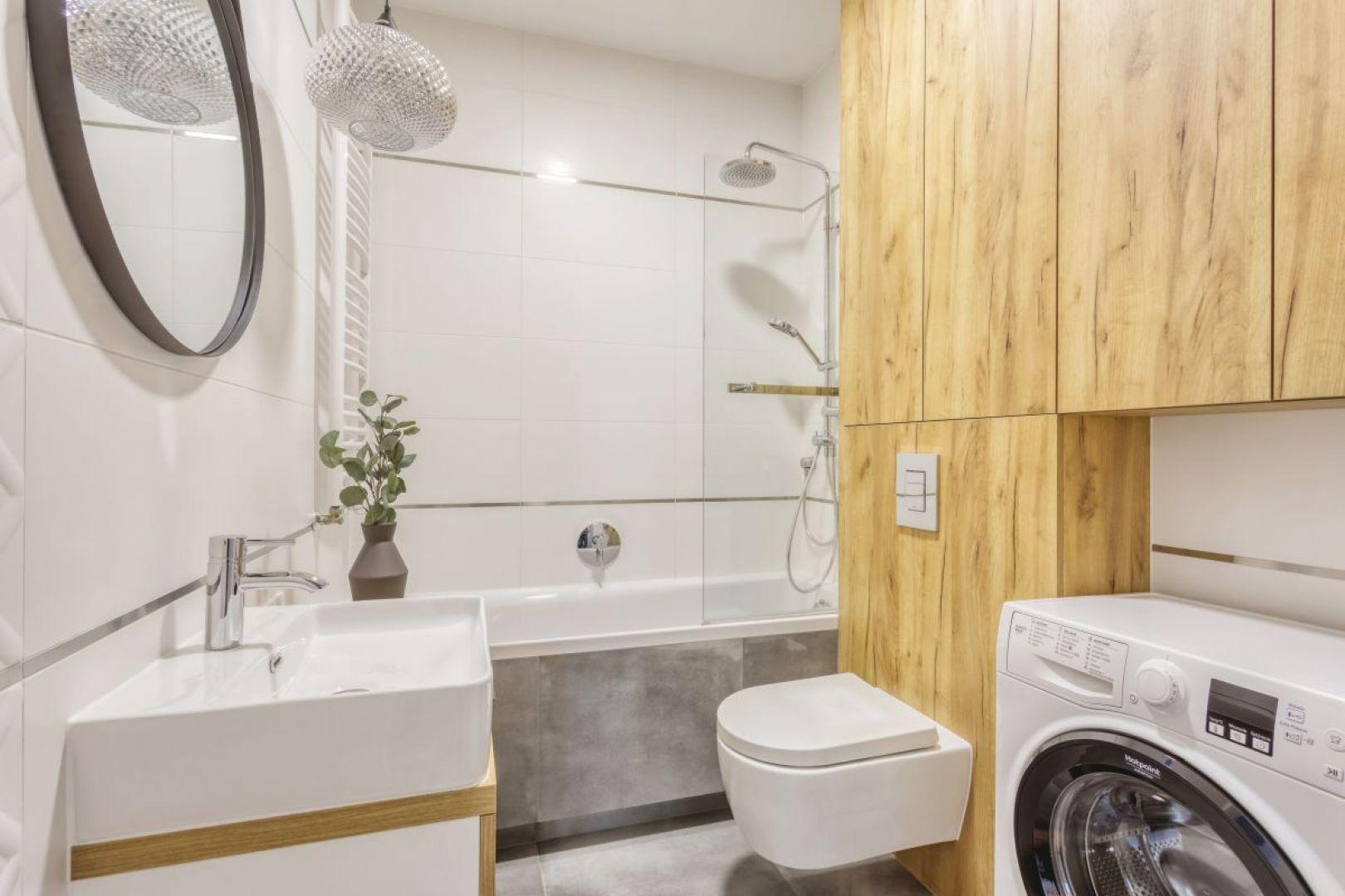 W małej łazience dobrym rozwiązaniem będzie wanną z parawanem. Projekt: Deer Design Pracownia Architektury, deerdesign.pl. Fot. Deer Design Pracownia Architektury