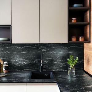 Najnowszym trendem w aranżacjach kuchni jest cienki, subtelny blat, który dodaje projektom lekkości. Fot. mat. prasowe Pfleiderer