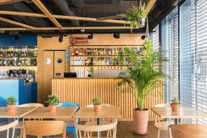 """Bar """"żółty"""" to strefa przygotowywania specjalnych koktajli z obszerną ekspozycją oferowanych napojów alkoholowych. Projekt: Maciej Kurkowski, Mariola Kawa (Five Cell). Fot. Pion Poziom"""