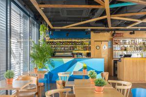 """Bar """"niebieski"""", który wyróżnia się frontem nasuwającym skojarzenie ze skomplikowaną kubistyczną kompozycją, to królestwo win serwowanych wraz z przekąskami. Projekt: Maciej Kurkowski, Mariola Kawa (Five Cell). Fot. Pion Poziom"""