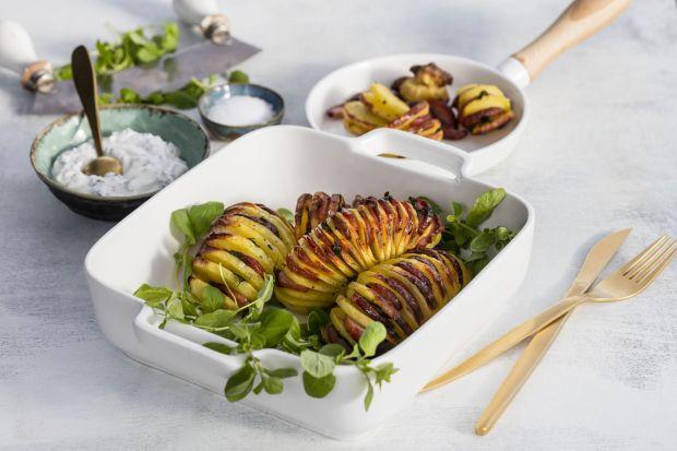 Pieczone ziemniaki w szwedzkim stylu, czyli Hasselback (lub a'la Hasselbacken) to bardzo proste, ale efektowne danie. Piecze się je z charakterystycznyminiedociętymido końca plasterkami, co sprawia, że mocniej chłoną aromat dodanych ziół i p