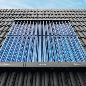 Kolektory próżniowo-rurowe zbudowane są z ustawionych względem siebie równolegle szklanych rur o średnicy 5-10 cm, połączonych z absorberem. Fot. Bosch – Buderus