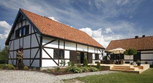 Stosunkowo niewielka powierzchnia elewacji w przypadku małego domu tylko pozornie stanowi ograniczenie dla architektonicznych pomysłów. Bogactwo dostępnych na rynku materiałów sprawia, że w praktyce można uzyskać wiele interesujących efektów.