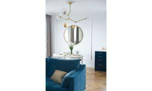 W salonie króluje granatowa, welurowa sofa na stylizowanych złotych nóżkach - to także mebel wykonany według projektu pracowni Miśkiewicz Design. Projekt: Magdalena Miśkiewicz. Zdjęcia: Anna Powałowska