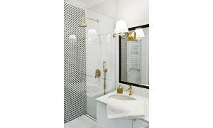 Łazienka utrzymana wklasycznym stylu francuskim została wykończona białym marmurem iczarno-białą mozaiką. Projekt: Magdalena Miśkiewicz. Zdjęcia: Anna Powałowska