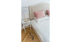 Centralnym punktem pomieszczenia jest robione nazamówienie łóżko. Projekt: Magdalena Miśkiewicz. Zdjęcia: Anna Powałowska