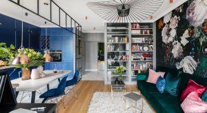 Rodzina i znajomi zgodnie przyznają, że to mieszkanie oddaje całą osobowość inwestorki. Połączenie oczekiwań klienta i pomysłów projektanta w zderzeniu możliwościami realizacyjnymi dały w tym przypadku fantastyczny efekt w postaci kobiecego,