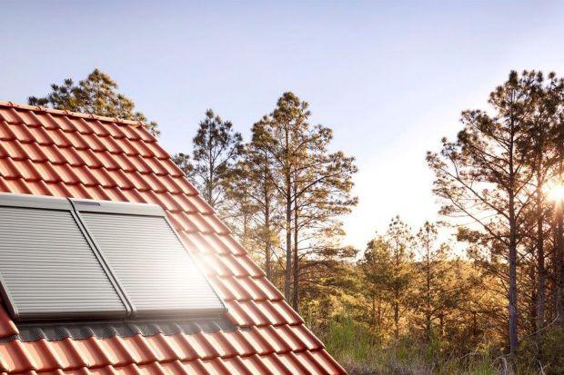 Rolety zewnętrzne, w przeciwieństwie do rolet wewnętrznych, zatrzymują promienie słoneczne, deszcz czy wiatr, zanim dotrą one do szyby.