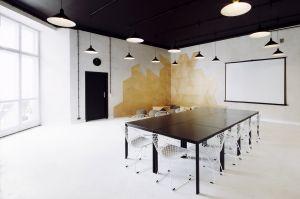 Ze względu na wyjątkową zmienność funkcji części biurowej, projektowaną przestrzeń maksymalnie uelastyczniono. Tradycyjny stół konferencyjny został zastąpiony przez specjalny modułowy system, który łatwo dostosować do aktualnych potrzeb, np. jednomiejscowych stanowisk pracy. Projekt: Maciej Kurkowski, Maciej Sutuła (Five Cell Architects)