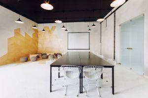 Przestrzegając konsekwentnie przyjętej zasady równoważenia poszczególnych wnętrz, gdy w jednym narożniku powstał gabinet, w drugim architekci przeinterpretowali motyw i stworzyli otwartą strefę wypoczynku oraz nieformalnych spotkań. Projekt: Maciej Kurkowski, Maciej Sutuła (Five Cell Architects)
