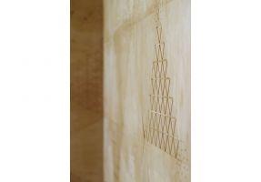 Ściany i podłoga w strefie spotkań wyłożone zostały specjalnie zaprojektowanymi metodą cyfrowej fabrykacji trójkątnymi panelami ze sklejki brzozowej. Projekt: Maciej Kurkowski, Maciej Sutuła (Five Cell Architects)