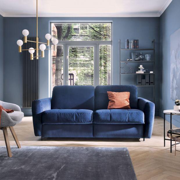 5 pomysłów na salon w modnym granacie