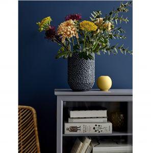 Ceramiczny wazon w kolorze granatowym. Fot. Bloomingville