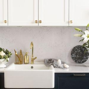 Kuchnia otwarta: białe, stylowe fronty uzupełniają mosiężne uchwyty ModernCollection. Fot. Pap Deco