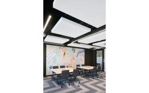 Trendy industrialne są tu widoczne w surowości betonowych słupów i ścian oraz naturalnej cegły i widocznych elementach instalacji, biegnących wzdłuż sufitów. Wyraz elegancji wprowadziły elementy drewniane, marmurowe detale oraz klasyczne, minimalistyczne meble. Projekt: The Design Group. Fot. mat. prasowe Rockfon