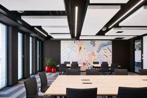 Cechą charakterystyczną zaprojektowanego wnętrza jest subtelne połączenie różnych stylów, co zaowocowało powstaniem oryginalnej, odważnej i ciekawej przestrzeni. Projekt: The Design Group. Fot. mat. prasowe Rockfon