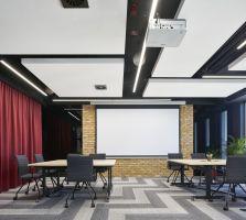 Zadaniem architektów było stworzenie przestronnej powierzchni do pracy dla 550 pracowników oraz przestrzeni szkoleniowej dla przyjeżdżających do Wrocławia gości i przedstawicieli biur Infor z całego świata. Projekt: The Design Group. Fot. mat. prasowe Rockfon