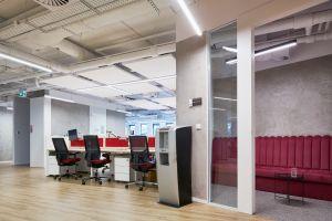 Architekci zdecydowali się pozostawić otwarte, malowane na biało sufity.  Projekt: The Design Group. Fot. mat. prasowe Rockfon