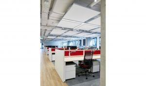 Rozwiązania akustyczne zastosowane w biurze firmy Infor gwarantują nowoczesny i przestrzenny wygląd powierzchni, a także są wysoce estetyczne. Projekt: The Design Group. Fot. mat. prasowe Rockfon