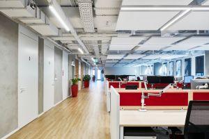 Dzięki panelom uzyskano nie tylko bardzo dobrą akustykę, ale także niecodzienny wygląd sufitu, który zdecydowanie odbiega od sztampowych rozwiązań pełnego sufitu podwieszanego. Projekt: The Design Group. Fot. mat. prasowe Rockfon