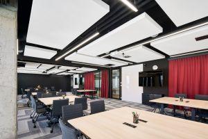Zamiarem architektów było stworzenie zrównoważonego oraz funkcjonalnego środowiska pracy, przyjaznego użytkownikom i dopasowanego do ich potrzeb. Dużą wagę projektanci przyłożyli do odpowiedniej akustyki, oświetlenia oraz ergonomii, wspierających efektywność pracy osób o różnych specjalizacjach. Projekt: The Design Group. Fot. mat. prasowe Rockfon