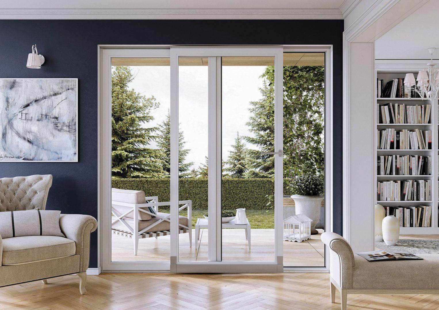 """Duże okna lub drzwi przesuwne """"otwierają"""" wnętrze na przestrzeń wokół domu. Zapewniają też piękne widoki. Fot. Vetrex"""