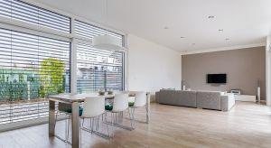 Okna fasadowe są świetnym narzędziem kształtowania bryły budynku. Wpływają też na komfort i koszty eksploatacji mieszkania. Dlatego to tak istotny element architektoniczny domu.