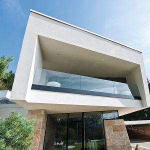 Z zewnątrz panoramiczne przeszklenia również prezentują się efektownie, stanowiąc nowoczesny sposób na elewację domu, dodając całej bryle lekkości i modernistycznego charakteru. Duże okna możemy z powodzeniem wykorzystać w domach energooszczędnych i pasywnych – pomogą nam czerpać zyski cieplne z energii słonecznej. Fot. Internorm