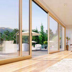 Lokalizacja okien, zwłaszcza tych o znacznych rozmiarach, bezpośrednio wpływa na komfort domowników oraz na bilans energetyczny budynku. Montując panoramiczne okna od strony południowej pozyskamy więcej ciepła z promieni słonecznych. Fot. Fakro