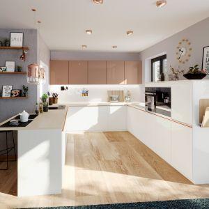 Laminat akrylowy to doskonałe rozwiązanie na kuchenne fronty szafek. Łączy estetyczne atuty lakieru z większą trwałością. Fot. Rehau