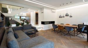 Wnętrza domuo powierzchni 151 m kw. w Katowicach to nowoczesna przestrzeń utrzymana w stonowanych odcieniach brązów, szarości oraz bieli.