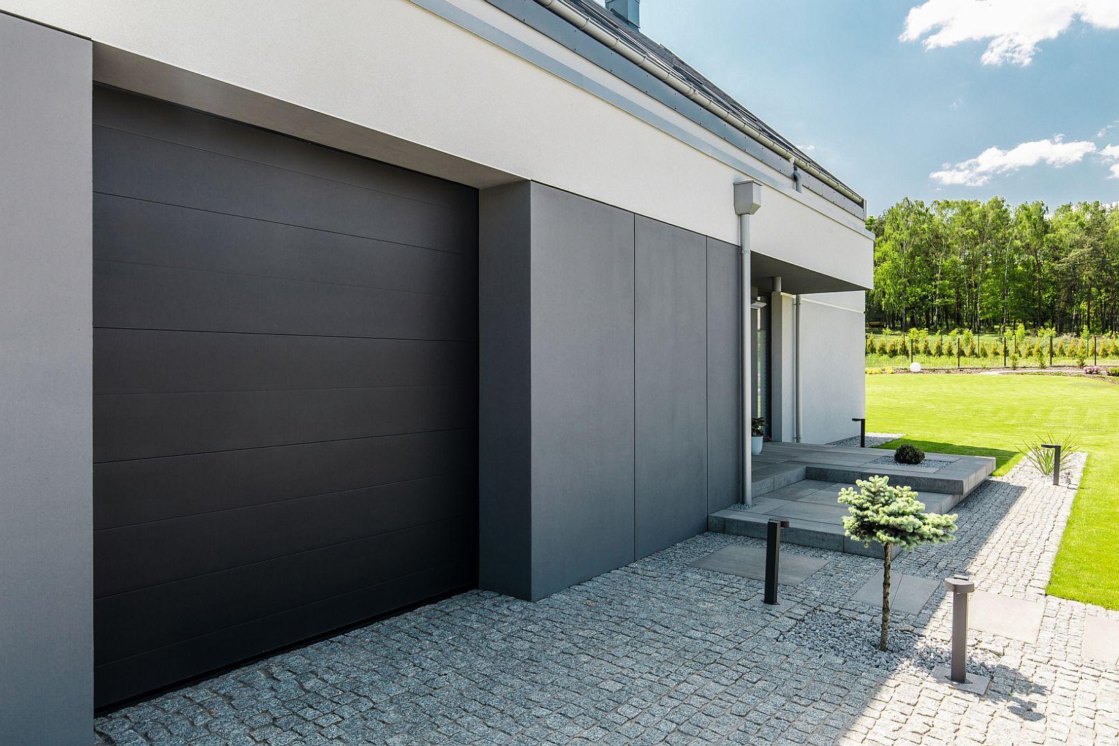 Przy wyborze bramy garażowej ważne są zarówno wysokie parametry techniczne, a także dopasowanie jej wyglądu do elewacji budynku, rodzaju okien oraz drzwi. Fot. BFT