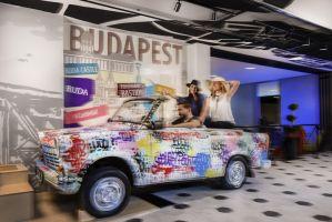 W hallu hotelowych gości wita pokryta graffiti karoseria oldschoolowego samochodu. Projekt: Tremend. Fot. mat. prasowe Tremend