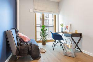 Gabinet i sypialnia równoważą ciepłą tonację części dziennej. Projektant celowo użył tutaj chłodniejszego zestawu barw, aby oddzielić strefę prywatną domowników. Projekt i zdjęcia: Decoroom