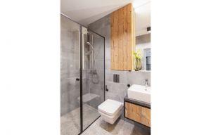 Spójność przestrzeni widoczna jest również w łazience. Nie ma tu miejsca na przypadek. Projekt i zdjęcia: Decoroom