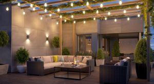 Dobrze zaaranżowane i przemyślane oświetlenie zewnętrzne wpływa pozytywnie na samopoczucie wszystkich domowników, pomagając się zrelaksować, zwłaszcza w ciepłe letnie wieczory.