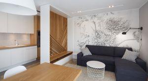 Jasna przestrzeń niespełna 60-metrowego mieszkania urzeka prostotą formy i udowadnia, że pewne połączenia - np. jasnego drewna i bieli - nigdy nam się nie znudzą.